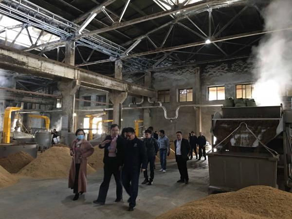 raybet公司酿酒:京东集团考察组一行到公司参观考察